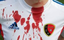 Było o włos od tragedii! Kibic wbiegł na boisko i próbował poderżnąć gardło piłkarzowi. Dramatyczna relacja z meczu